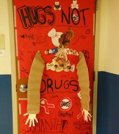 Hugs not drugs sign