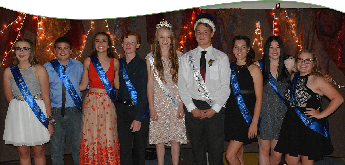 2018 homecoming king, queen and court pose together