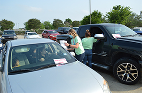 teachers-delivering-bagged-meals-to-cars-during-the-reading-restaurant-event
