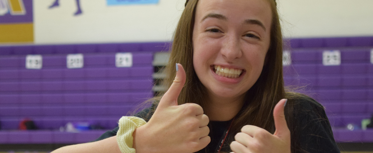 Link Crew member gives two thumbs up
